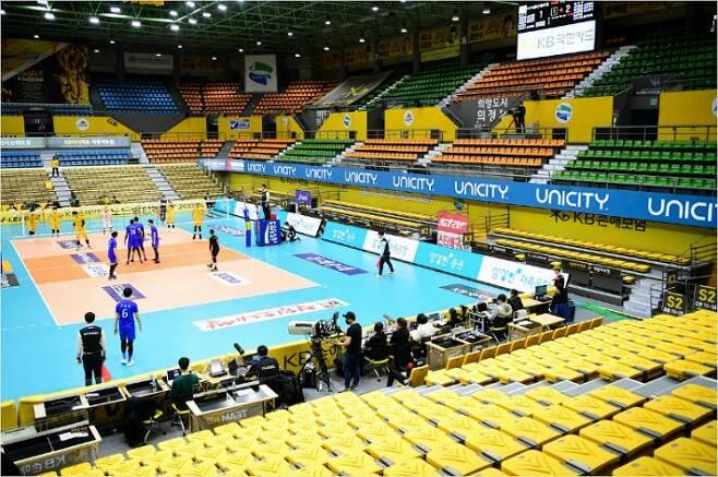 V-리그는 코로나19의 확산을 피해 2019~2020시즌을 무관중 경기로 진행하다가 비정상 종료했다. 이 때문에 한국배구연맹(KOVO)은 8월 개막할 KOVO컵의 유관중 개최 여부를 아직 정하지 못했다.(사진=KOVO)