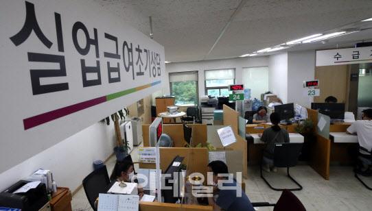 지난달 8일 서울지방고용노동청을 찾은 구직자들이 실업급여 수급 상담을 받고 있다. [사진=방인권 기자]