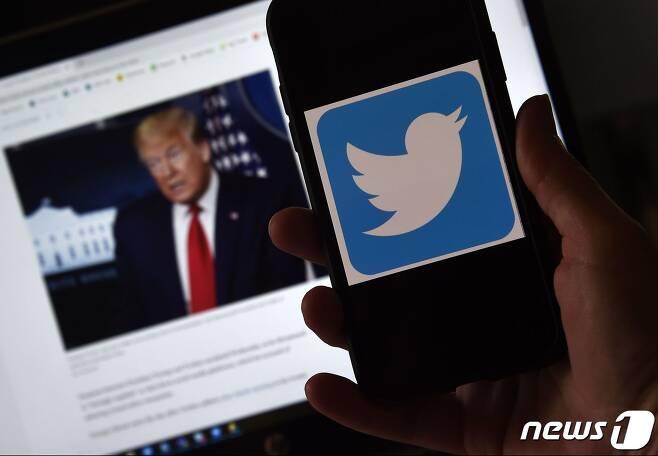 도널드 트럼프 미국 대통령과 트위터. © AFP=뉴스1