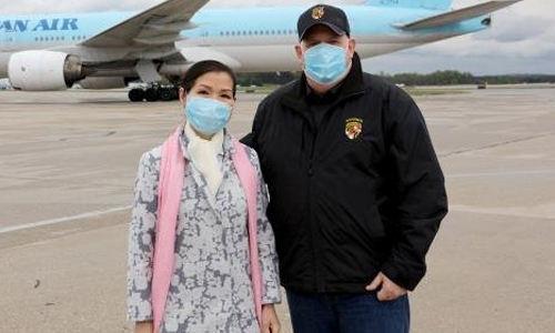 지난 4월 18일 한국에서 구매한 신종 코로나바이러스 감염증 진단키트 물량의 도착을 맞으러 볼티모어·워싱턴 국제공항에 나간 래리 호건 미 메릴랜드 주지(왼쪽)사와 유미 호건 여사. 래리 호건 미 메릴랜드 주지사 트위터 캡처