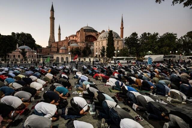 7월10일 터키 최고행정법원이 이스탄불에 있는 아야소피아를 모스크에서 박물관으로 바꾼 1934년 내각 결정이 무효라는 결정을 내리자, 이를 반기는 이슬람교도 시민들이 아야소피아 앞 광장에 모여 기도하고 있다. AFP 연합뉴스