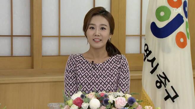 김도희 전 TJB 아나운서가 과거 <월요대담>을 진행할 때 모습.