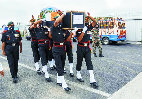 인도 군인들이 중국-인도 국경 지역인 라다크에서 지난달 발생한 중국군과의 충돌 과정에서 숨진 병사의 시신을 공항에서 옮기고 있다. 당시 충돌로 인도군 20여명이 숨졌고, 인도에서 반중 여론이 격화되고 있다. AP연합뉴스