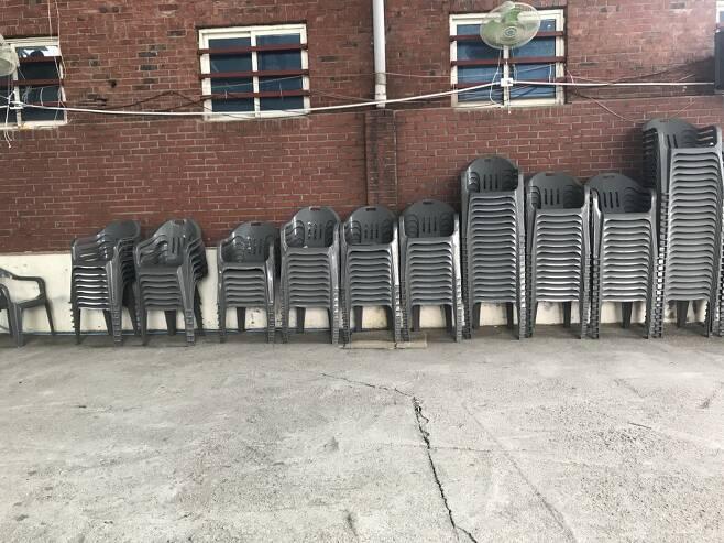 야외 예배를 위한 플라스틱 의자가 정돈돼 있다./이정현 기자