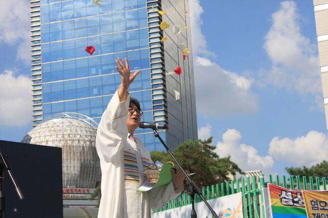 ⓒ주피터 제공2019년 8월31일 제2회 인천 퀴어문화축제에서 이동환 목사가 성소수자에게 꽃잎을 뿌리며 축복식을 하고 있다.