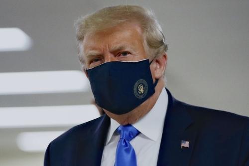 트럼프가 공식 석상서 착용한 마스크는? AP