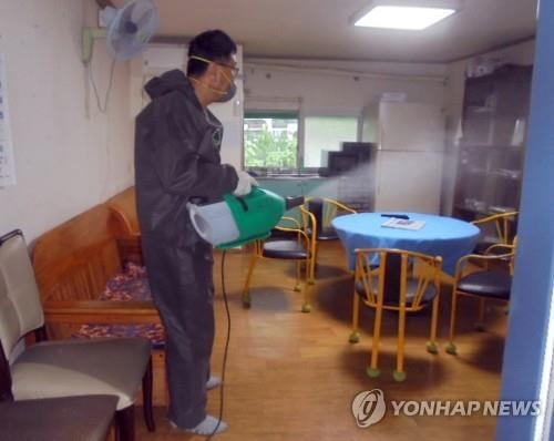 경로당 소독 [연합뉴스 자료사진]
