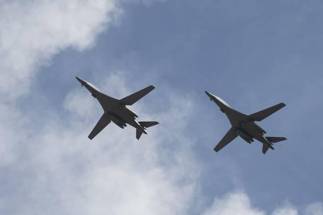 미군 B-1B 랜서 폭격기 2대, 괌 재배치 (서울=연합뉴스) '죽음의 백조'로 불리는 미 공군의 B-1B 랜서 폭격기 2대가 17일 괌으로 돌아왔다. 사진은 미 태평양공군사령부가 홈페이지에 공개한 B-1B의 비행 모습. 2020.7.18
