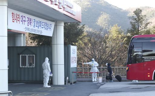 지난 11일 전북 남원의료원에 도착한 신종 코로나바이러스 감염증(코로나19)환자들이 지정 병실로 들어가고 있다. 전북도 제공