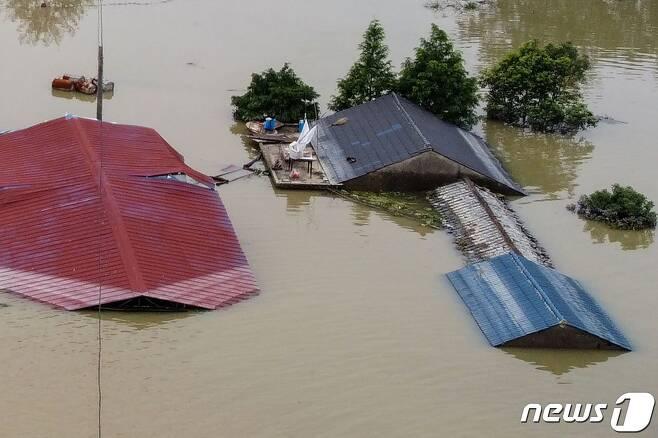 16일 (현지시간) 중국 최대 담수호인 포양호 인근 장시성 상라오의 주택이 폭우로 물에 잠겨 지붕만 보이고 있다. © AFP=뉴스1 © News1 우동명 기자