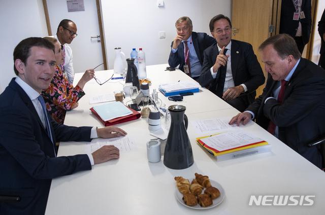 [브뤼셀=AP/뉴시스] 마르크 뤼터(오른쪽에서 두 번째) 네덜란드 총리, 스테판 뢰벤(오른쪽) 스웨덴 총리, 제바스티안 쿠르츠(왼쪽) 오스트리아 총리, 메테 프레데릭센(왼쪽에서 두 번째) 덴마크 총리 등이 18일(현지시간) 벨기에 브뤼셀에서 신종 코로나바이러스 감염증(코로나19) 경제회복기금을 놓고 논의 중이다. 오스트리아·네덜란드·스웨덴·덴마크로 구성된 '검소한 4개국(frugal four)'은 보조금 기금 축소를 강하게 요구했다. 2020.7.20.