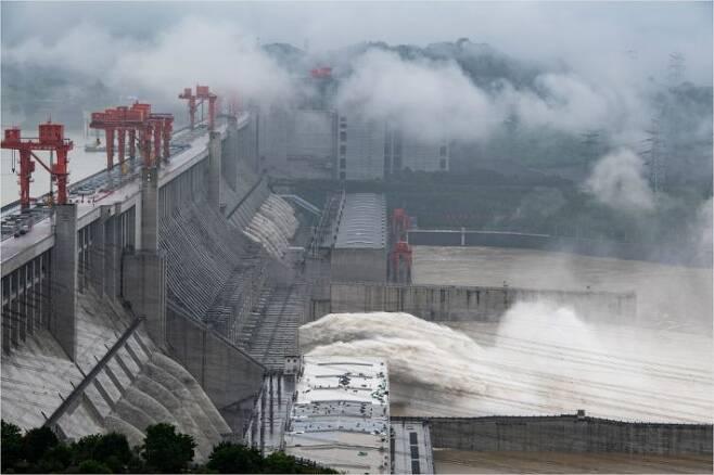 중국 후베이성의 양쯔강 상류에 위치한 싼샤댐이 17일 방수로를 통해 대량의 물을 쏟아내고 있다. 양쯔강 유역에는 한 달 넘게 큰 비가 이어지고 있다. (사진=연합뉴스)
