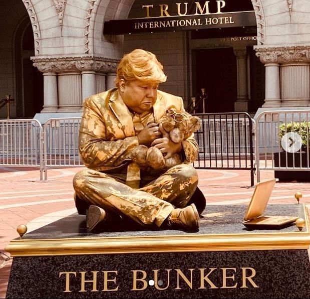 트럼프 호텔 앞에서 진행된 트럼프 비판 동상 퍼포먼스 [브라이언 버클리 인스타그램 캡처·재판매 및 DB 금지]