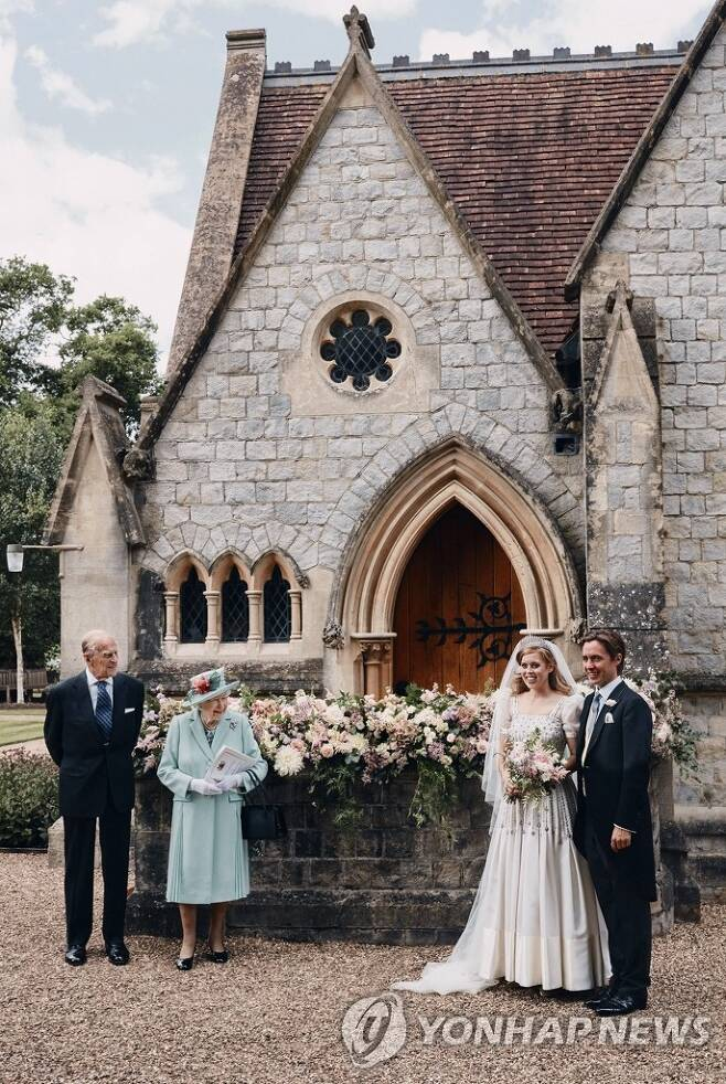 영국 베아트리스 공주, 이탈리아 부동산 사업가와 결혼 (윈저 AP=연합뉴스) 17일(현지시간) 결혼한 영국 엘리자베스 2세 여왕의 손녀인 베아트리스 공주 부부(오른쪽)와 엘리자베스 2세 여왕 내외(왼쪽). 버킹엄궁은 18일 성명을 통해 베아트리스 공주(31)가 전날 이탈리아 부동산 사업가인 에도아르도 마펠리 모찌(35)와 윈저성 예배당에서 결혼식을 올렸다고 밝혔다. leekm@yna.co.kr