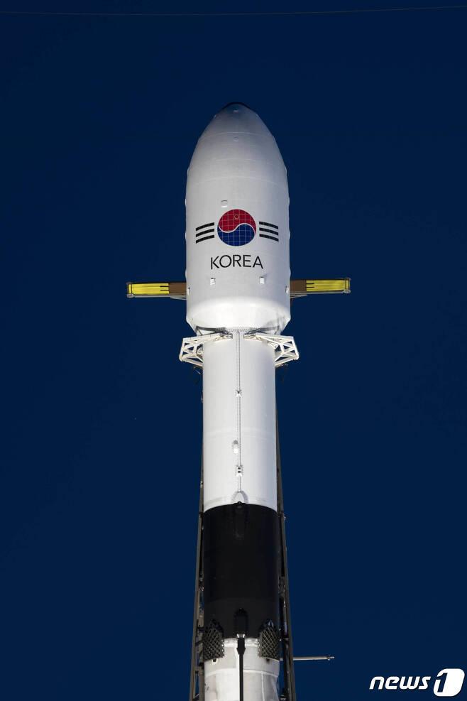 방위사업청은 우리 군 최초의 독자 통신위성인 아나시스 2호(ANASIS-Ⅱ)가 20일(현지시간) 미국 케이프 커내버럴 공군기지 케네디 우주센터에서 성공적으로 발사됐다고 21일 전했다. 아나시스 2호 발사 성공으로 우리 군은 기존의 민·군 공용 통신 위성으로 활용되었던 무궁화 5호 위성(ANASIS)을 대체할 최초 군 독자 통신위성을 확보하게 됐다. 사진은 아나시스 2호 발사 준비 모습. (방위사업청 제공) 2020.7.21/뉴스1