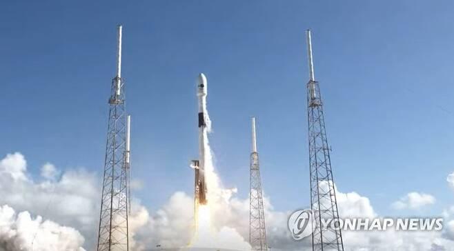 한국군 첫 전용 통신위성 '아나시스 2호' 발사 (서울=연합뉴스) 한국군 첫 전용 통신위성 '아나시스(Anasis) 2호'를 실은 팰컨9 로켓이 21일 오전 미국 플로리다주 케이프커내버럴 공군기지에서 발사되고 있다. 2020.7.21 [스페이스X 유튜브 캡처. 재판매 및 DB금지] photo@yna.co.kr