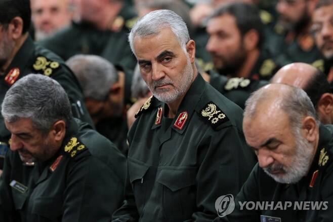 이란 혁명수비대 쿠드스군 사령관 거셈 솔레이마니 (테헤란 EPA=연합뉴스) 지난 2018년 9월 19일 이란 수도 테헤란에서 국가 최고지도자 아야톨라 알리 하메네이를 만나던 거셈 솔레이마니 쿠드스군(혁명수비대 정예군) 사령관의 모습. 그는 3일(현지시간) 이라크의 바그다드 국제공항에서 미군의 공습을 받아 사망했다. jsmoon@yna.co.kr
