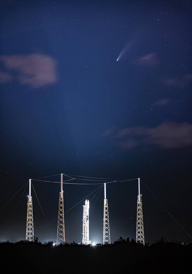 아나시스 2호 위성 발사를 위해 설치된 스페이스X의 팔콘9 로켓 위로 니오와이즈 혜성'(NEOWISE·C/2020 F3)이 지나가고 있다 (출처 Space X 트위터 계정) 2020.07.21 / 뉴스1
