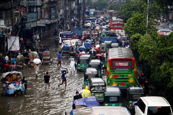 방글라데시 다카의 침수 도로 방글라데시 수도 다카에 22일(현지시간) 폭우가 쏟아지면서 차량이 침수된 도로에 고립되고 저지대가 많아 주택에 갇힌 주민들이 큰 피해를 입었다./신환 연합뉴스