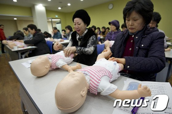 맞벌이 부부가 증가함에 따라 할머니 육아부담이 증가하는 가운데 서울시 한 보건소에서 할머니들이 기저귀 가는 법을 배우고 있다. /사진=뉴스1