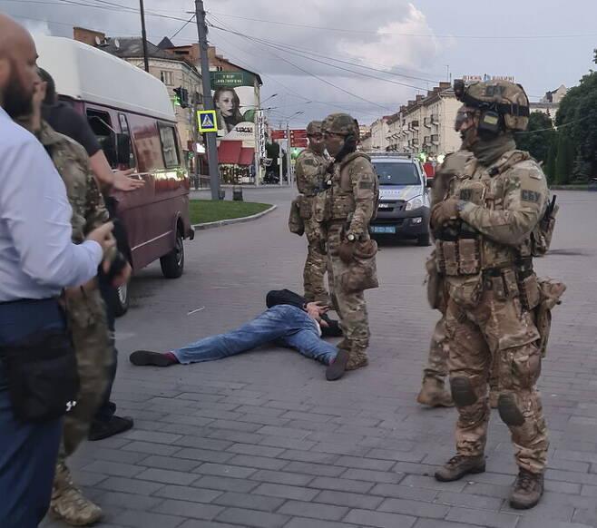 21일(현지시각) 우크라이나 볼린주 루츠크에서 인질극 범인이 경찰에 의해 제압당해 엎드려있다. 루츠크/EPA 연합뉴스