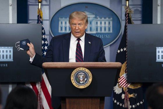 21일(현지시간) 도널드 트럼프 미국 대통령이 석달만에 백악관 코로나19 TF 브리핑을 재개했다. AP=연합뉴스