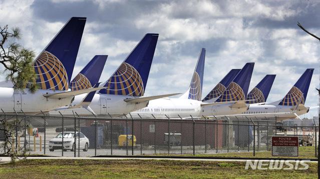 [올랜도=AP/뉴시스] 4월7일(현지시간) 미국 플로리다주 올랜도 국제공항에 서 촬영한 유나이티드 항공 비행기들. 신종 코로나바이러스 감염증(코로나19) 타격을 받은 유나이티드는 2분기 매출이 전년 동기 대비 90% 가까이 급감했다고 밝혔다. 2020.07.22