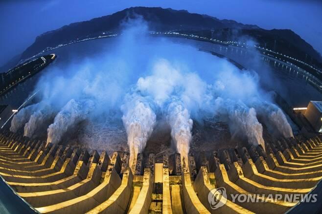 19일 싼샤댐에서 물이 방류되고 있다. [신화=연합뉴스]