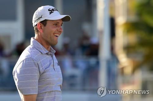 자신의 캐디와 PGA투어에서 경쟁하게 된 트레이너. [AFP=연합뉴스]