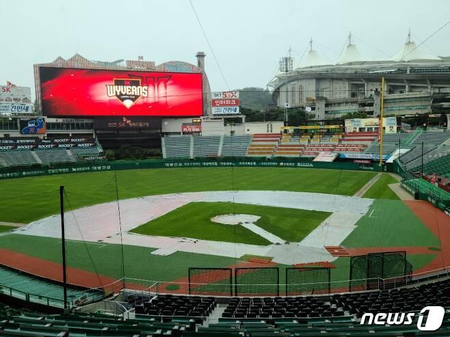 23일 많은 비가 내리고 있는 인천 SK행복드림구장의 모습. © 뉴스1