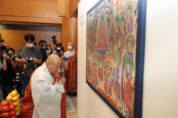 조계종 총무원장 원행 스님이 23일 치성광여래도 환수 고불식에서 그림을 친견하고 있다. 조계종 제공