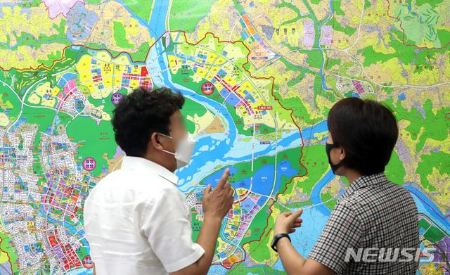 [세종=뉴시스]강종민 기자 = 22일 오후 세종시 한 부동산중개업소에서 아파트 매물을 문의하는 시민과 중개업소 관계자가 세종시 지도를 보며 대화를 나누고 있다.공인중개소 관계자는 김 원내대표의 발언으로 그동안 나왔던 매물이 회수되고 호가도 5000만원 이상 올랐다고 했다. 2020.07.22.   ppkjm@newsis.com