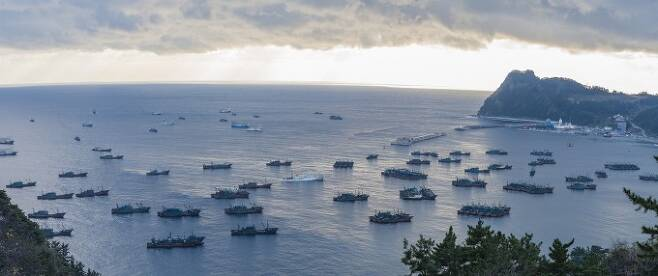 2016년 12월, 북한의 동해 수역에서 불법조업을 하다 악천후를 피해 울릉도에 머무르고 있는 중국 어선을 촬영했다. 50m 길이의 대규모 오징어잡이배와 30m 길이의 쌍끌이어선이 보인다. 울릉군청 제공