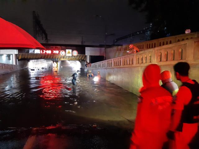 23일 밤 쏟아진 폭우로 부산역 인근 초량 제1지하차도가 물에 잠겨 차량 안에 있던 3명이 숨졌다. 부산소방재난본부 제공