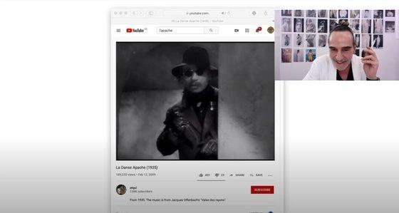 약 50여분 간 자신의 새로운 컬렉션에 대해 자세히 설명한 '메종 마르지엘라'의 디자이너 존 갈리아노. 사진 영상 캡처.