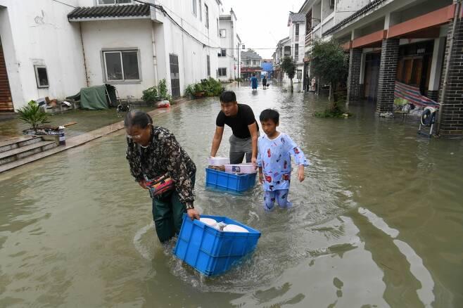 양쯔강 홍수로 피난을 떠나는 중국 주민들./사진=로이터