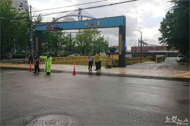 지난 23일 부산 동구 초량동의 지하차도가 폭우로 침수됐다. 갑자기 쏟아진 비를 피하지 못한 시민 3명이 숨진 채 발견됐다. 사진은 오늘 아침 통제중인 지하차도 모습. (사진=부산 시민 제보자)