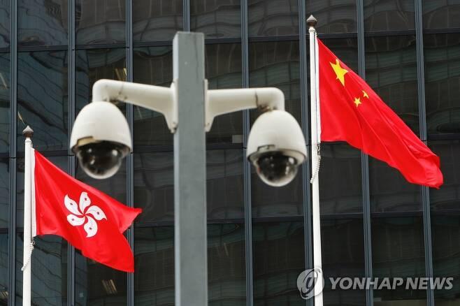 홍콩 정부청사 앞의 감시 카메라 [로이터=연합뉴스]