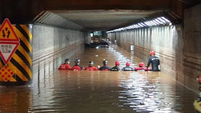 물폭탄에 초토화된 부산…침수된 지하차도 갇혔던 3명 숨져 [연합뉴스 자료사진]