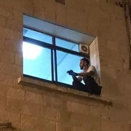 어머니를 보기 위해 매일 밤마다 병원 벽을 기어오른 아들 자하드 알스와이티. /사진=트위터 Mohamed Safa
