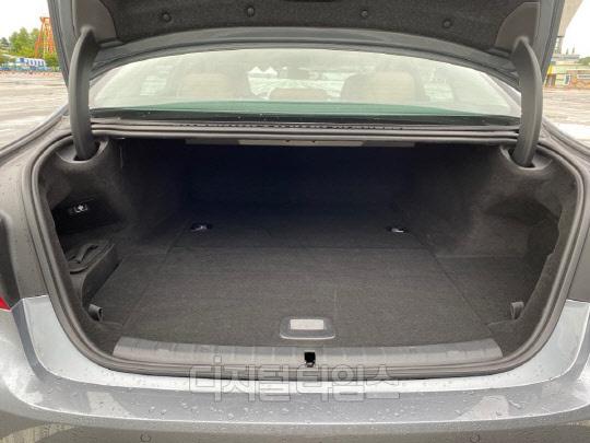 BMW 530e 트렁크.<장우진 기자>