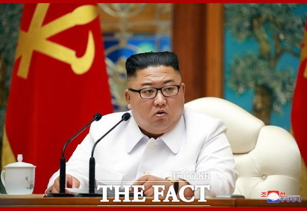 북한 측에서 코로나19 환자로 의심되는 탈북민이 최근 군사분계선을 넘어 개성으로 돌아왔다는 주장을 내세우고 있다. 사진은 지난 25일 노동당 중앙위원회 비상확대회의 소집한 김정은 국무위원장의 모습. /조선중앙통신