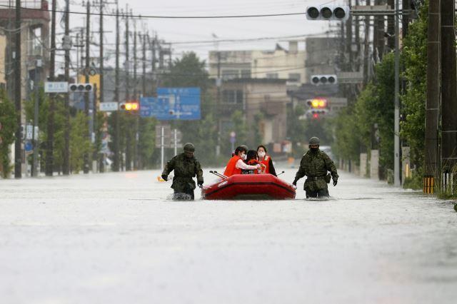 중국과 일본, 인도, 방글라데시, 파키스탄 등 아시아 곳곳에서 홍수 피해가 커지고 있다. 사진은 지난 7일 기록적인 폭우가 쏟아진 일본 규슈 지역 후쿠오카현 오무타무라에서 자위대원들이 고무보트로 주민들을 구조하는 모습. AP뉴시스