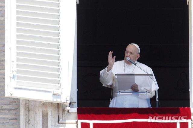 [바티칸시티=AP/뉴시스] 프란치스코 교황이 26일(현지시간) 삼종기조를 하고 있다. 교황은 이날 우크라이나 동부 지역에 대한 휴전 합의가 실행되기를 바란다고 밝혔다. 2020.07.27