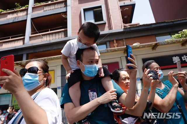 [청두=AP/뉴시스] 중국 쓰촨성 청두의 미국 총영사관 앞에서 26일 시민들이 기념촬영을 하고 있다. 총영사관은 27일 폐쇄된다. 2020.07.27