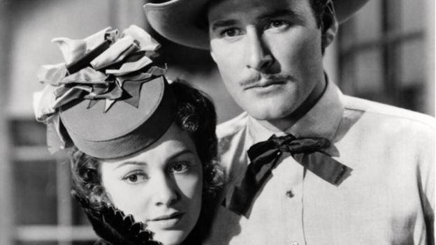 드 하빌랜드가 1939년 작 '닷지 시티'에서 에롤 플린과 호흡을 맞추고 있다. 둘은 영화계에서 환상의 짝꿍으로 통했다.AFP 자료사진