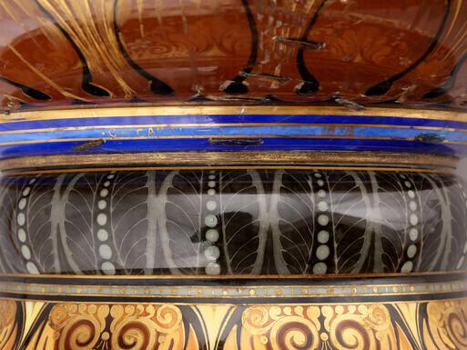 1888년 프랑스 정부가 조선 왕실에 선물한 살라미나병의 하단부를 확대해 찍은 모습. 파란 장식선 사이에 병을 선물한 당시 프랑스대통령 사디 카르노의 이름과 선물한 해인 1888를 표기한 것이 보인다.
