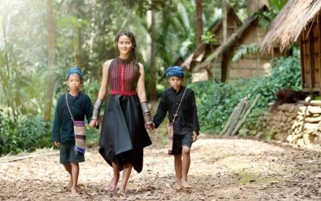 인도네시아 바두이족 주민들. 직접 옷을 해 입고 맨발로 다닌다. 쿰파란 캡처