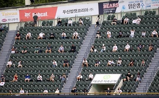 7월 26일 열린 잠실구장 경기 외야석에 입장한 팬들이 거리두기 지침을 준수한 좌석에 앉아 경기를 관람하고 있다(사진=두산)