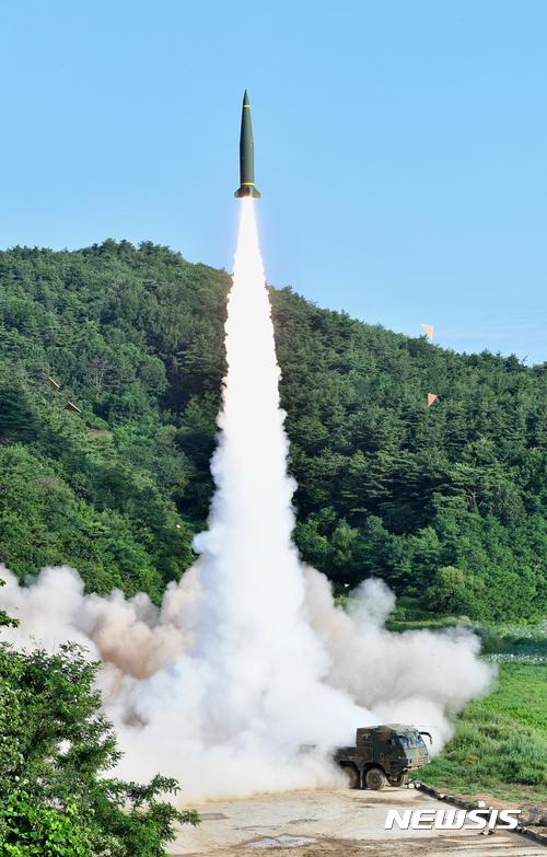 【서울=뉴시스】 한미 미사일 부대가 5일 북한의 대륙간탄도미사일(ICBM) 시험 발사에 대응해 동해안에서 한국군의 현무-II와 미8군의 ATACMS 지대지미사일 동시사격을 하고 있다. 2017.07.05. (사진=합참 제공) photo@newsis.com